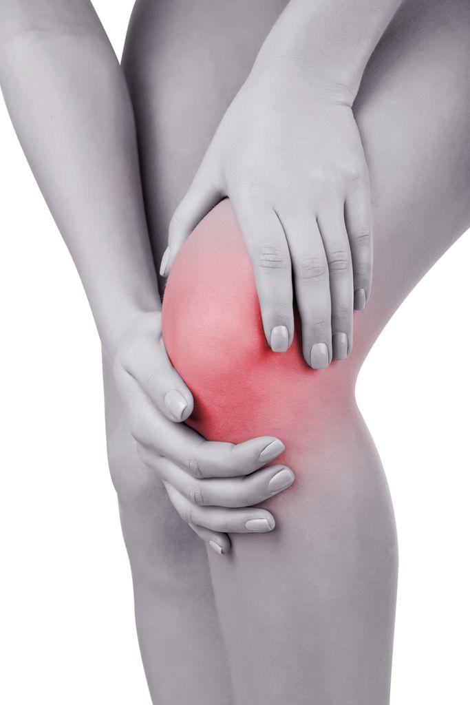 Frau mit Schmerzen am Knie
