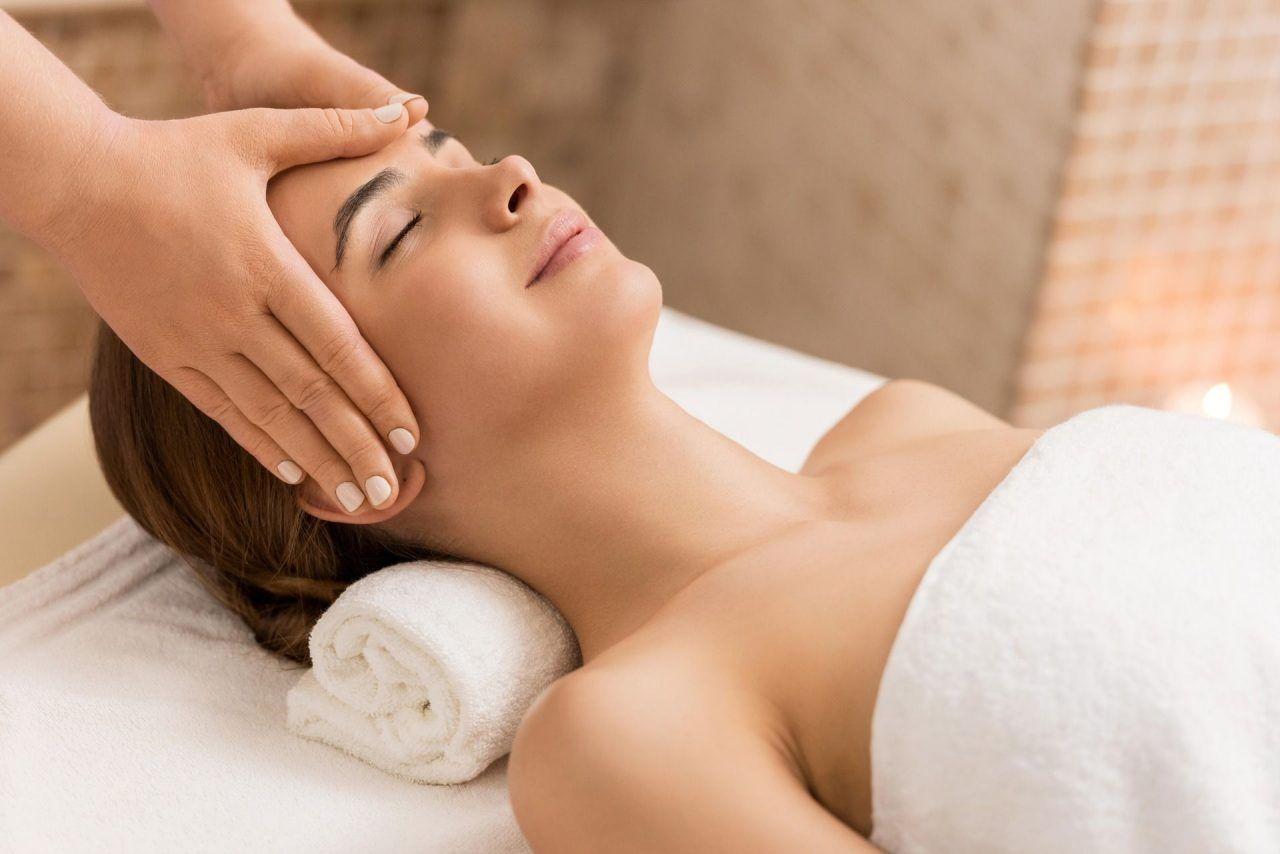 Frau bekommt eine Kopfmassage
