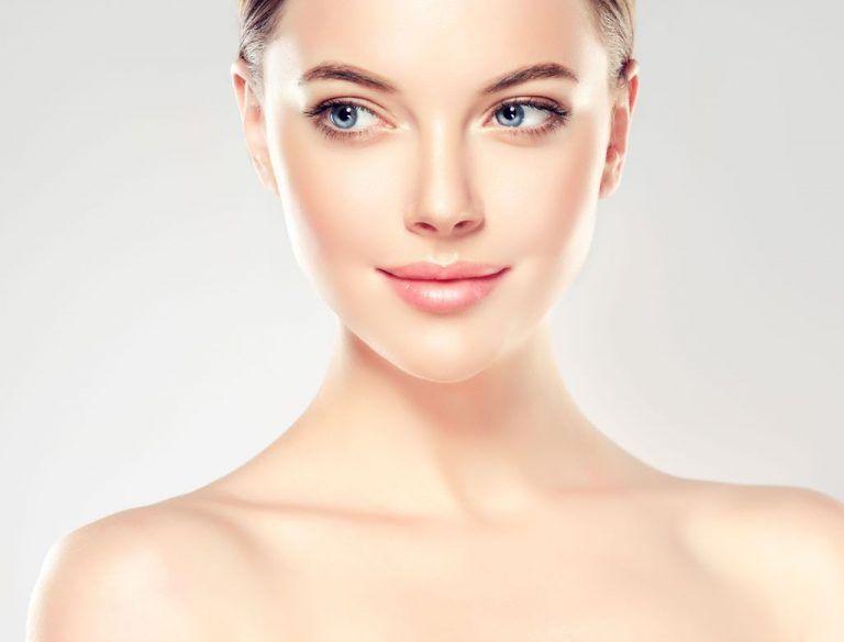 Frau mit glatter schöner Haut