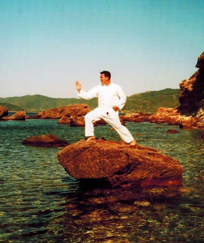 Matthias Hof auf Fels im Wasser